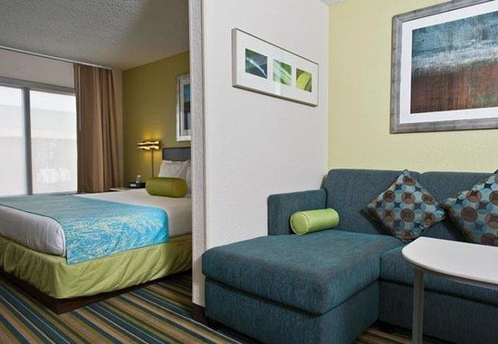 SpringHill Suites Houston Hobby Airport: King Suite Living Area