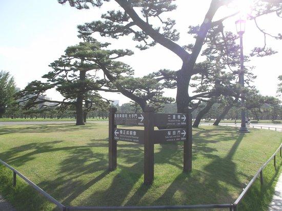 Kokyo Gaien National Garden: 良く整備されている案内札
