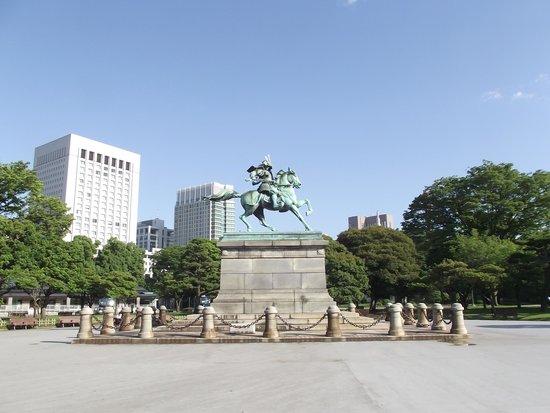 Kokyo Gaien National Garden: 青空に映える楠 正成像
