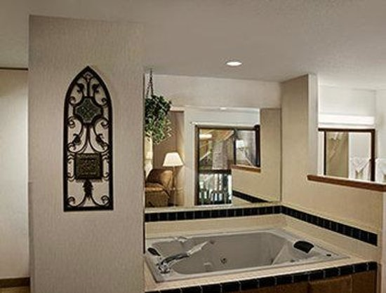 Baymont by Wyndham Whitewater : Whrilpool Suite