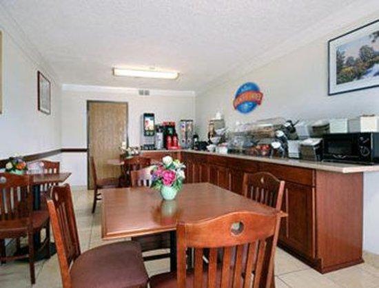 Baymont Inn & Suites Port Huron: Breakfast Area