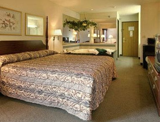 Baymont Inn Cambridge: Jacuzzi Suite