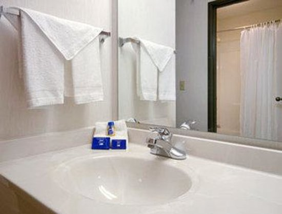 Baymont Inn & Suites Cambridge : Bathroom