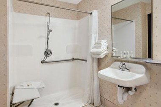 Comfort Inn: Accessible Bathroom