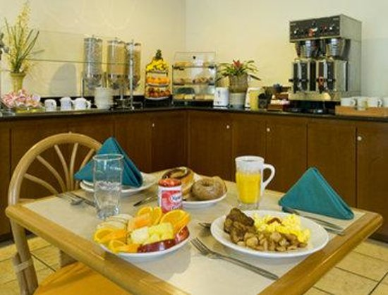 Hawthorn Suites by Wyndham Naples : Breakfast Area