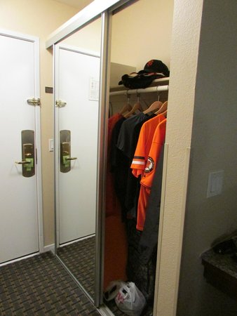 Comfort Inn Gaslamp / Convention Center: Plenty of closet space