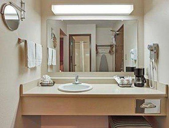 Hawthorn Suites by Wyndham Albuquerque: Bathroom