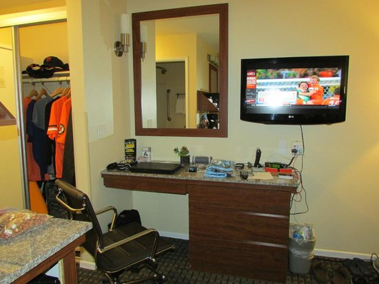 Comfort Inn Gaslamp / Convention Center: Desk and TV