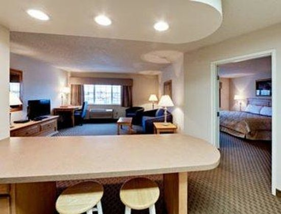 Hawthorn Suites by Wyndham Oshkosh : 2 Room 1 King Suite
