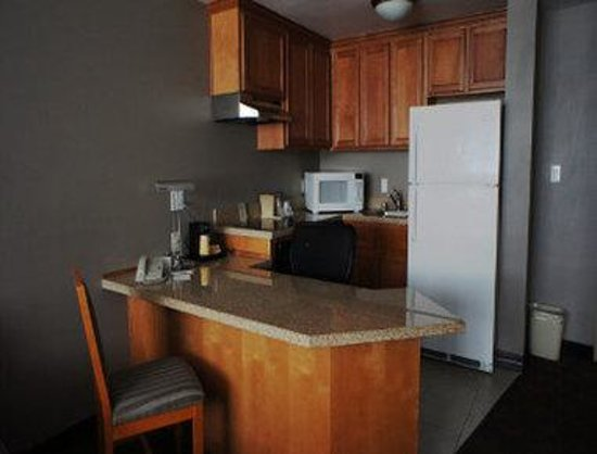 Hawthorn Suites by Wyndham Los Angeles: One Bedroom Suite Kitchen