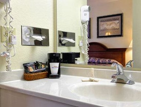 Baymont Inn & Suites Tupelo: Bathroom
