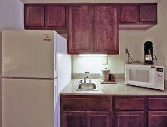 Hawthorn Suites by Wyndham Charleston: Room Kitchenette