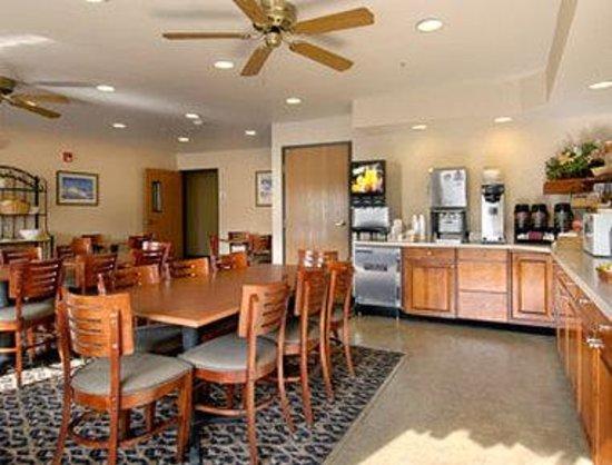 Baymont Inn & Suites Columbus/Rickenbacker : Breakfast Area