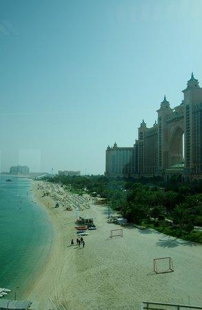 Atlantis, The Palm: la spiaggia principale adiacente la piscina