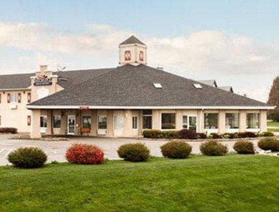 Baymont Inn & Suites Pella: exterior1