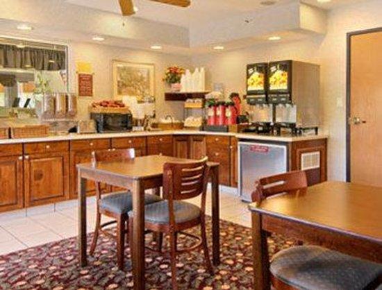 Baymont Inn & Suites Willows : Breakfast Area