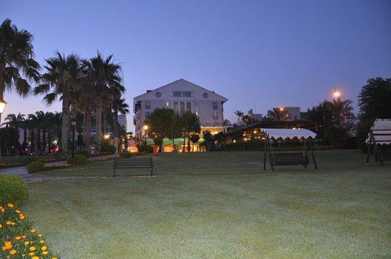 Alva Donna Beach Resort Comfort: вечером