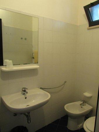 Hotel Paloma: Зеркало в душевой