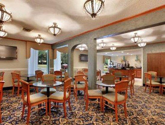 Baymont Inn & Suites Greensboro/Coliseum: Breakfast Area