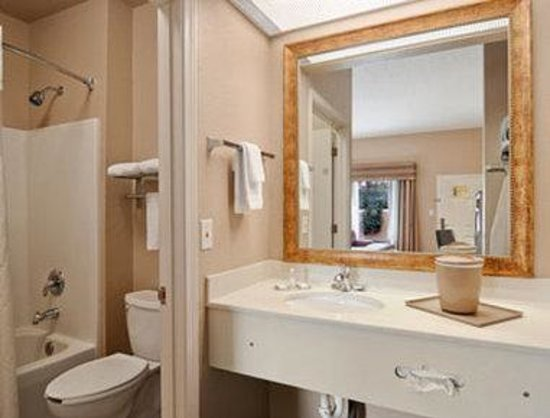 Baymont Inn & Suites Crestview: Bathroom