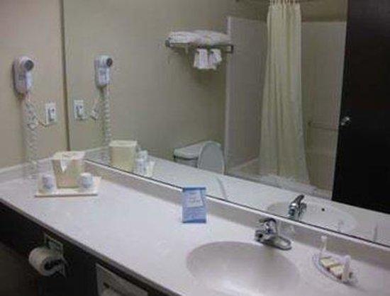 Baymont Inn & Suites EL Reno: Bathroom