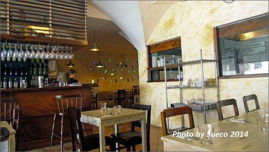 Trattoria Uma : 店内.....ガラス越しに厨房が見れます。
