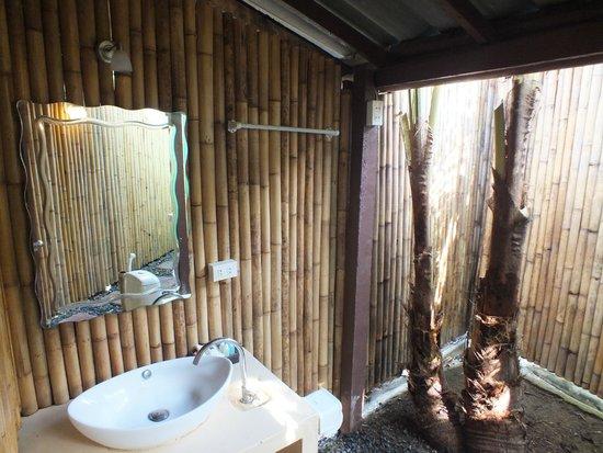 Tropical Garden Lounge Hotel: Jungle bathroom (some bungalows)