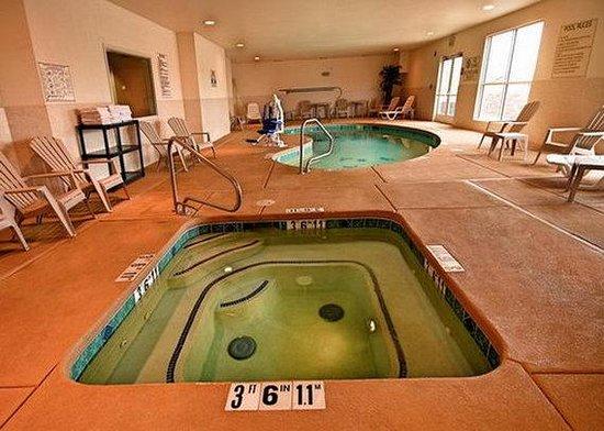 Comfort Inn & Suites: pool2