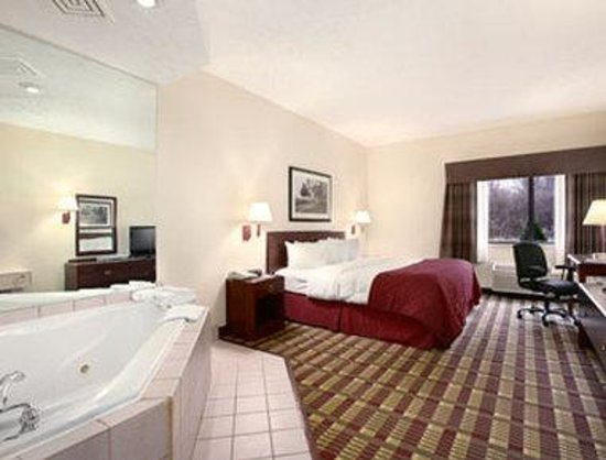 Baymont Inn & Suites Boston Heights/Hudson: King Jacuzzi Suite