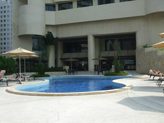 Hotel Novotel Kuala Lumpur City Centre: Sunny pool area