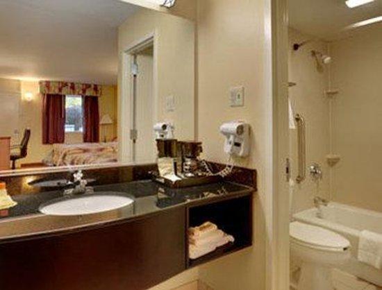 Days Inn Bordentown: Bathroom