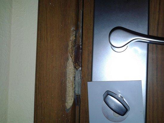 Sol Principe : Serratura della porta d'entrata rovinata