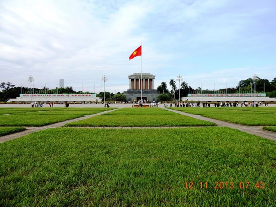 Mausoleo de Ho Chi Minh: Ba Dinh square in front of Ho Chi Minh Mausoleum
