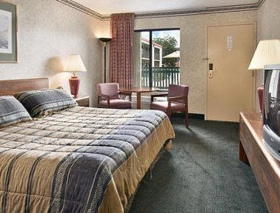 Days Inn Easton: Standard King Bed Room