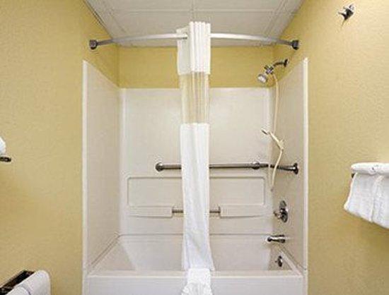 Days Inn Richburg: ADA Bathroom