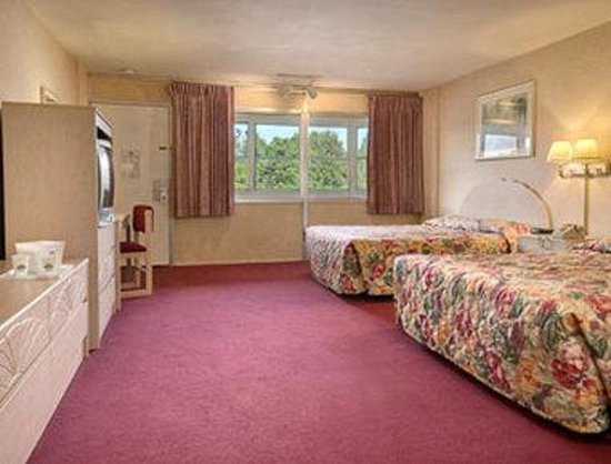 Days Inn Hicksville Long Island: Standard Two Queen Bed Room with Kitchenette