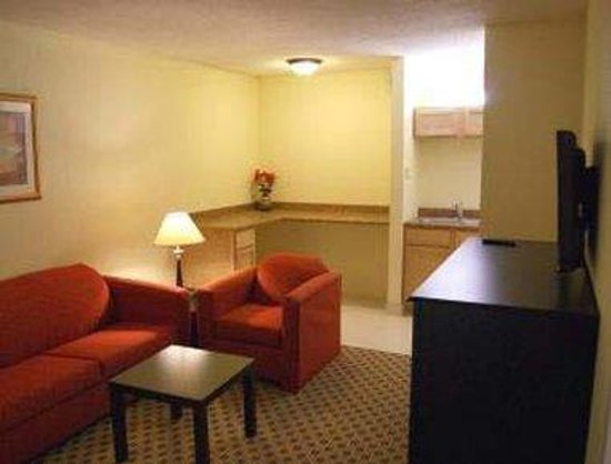 Days Inn Irving Grapevine DFW Airport North: Two Room King Suite