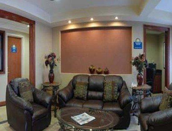 Days Inn Iselin - Woodbridge: Lobby Seating Area