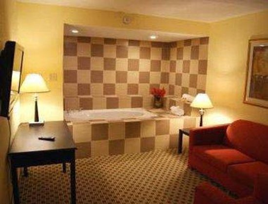 Days Inn Irving Grapevine DFW Airport North : Two Room Suite Jacuzzi King