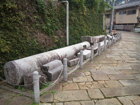 One-legged Torii : 13.11.09【山王神社二の鳥居】左側の崩れた鳥居