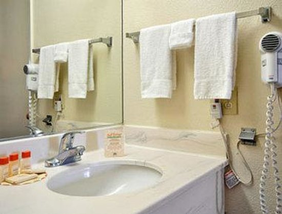 Days Inn San Bernardino Near San Manuel Casino: Bathroom