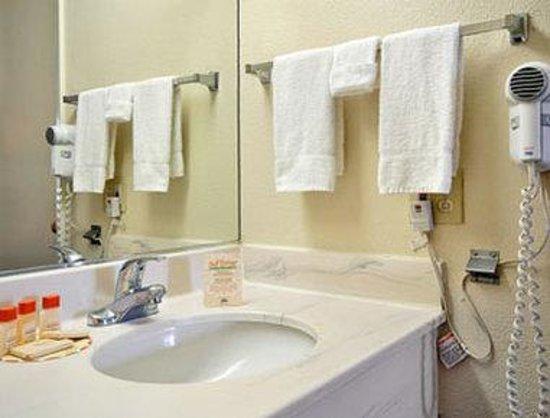 Days Inn San Bernardino Riverside: Bathroom