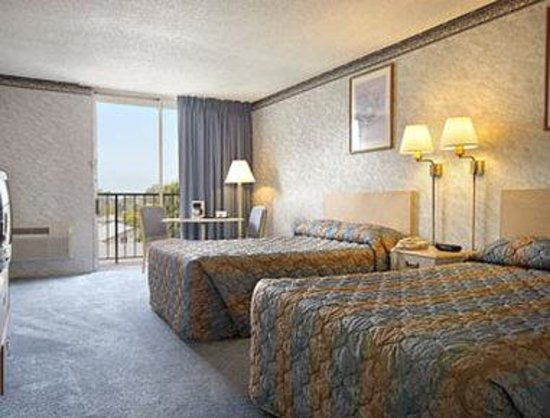 Days Inn Glendale Los Angeles: Standard Two Queen Bed Room