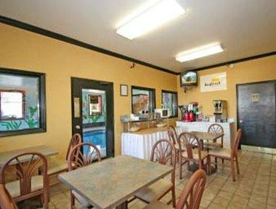 Days Inn Charlotte Northlake: Breakfast Area