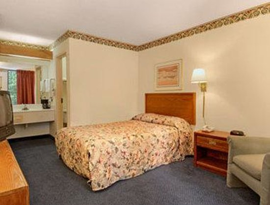 Days Inn Clinton-Presbyterian College: Standard Queen Bed Room