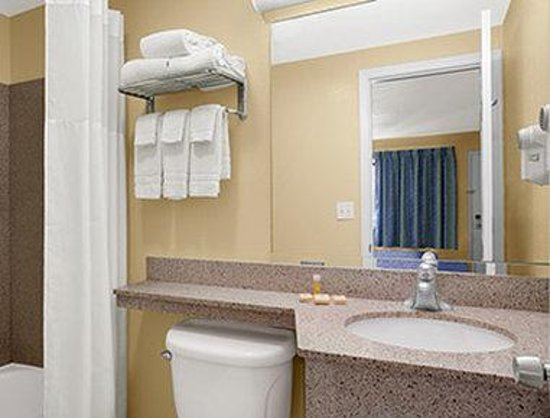 Days Inn Middletown: Bathroom