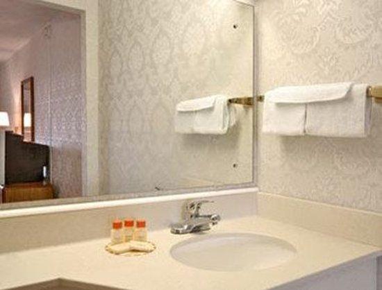 Attleboro Motor Inn: Bathroom