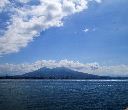 Vesuv: ナポリ湾から見たベスビオ火山