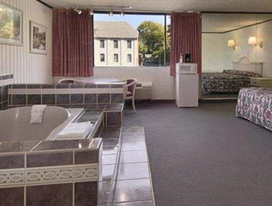 Days Inn Schenectady: Jacuzzi Suite