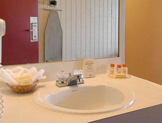 Days Inn Schenectady: Bathroom